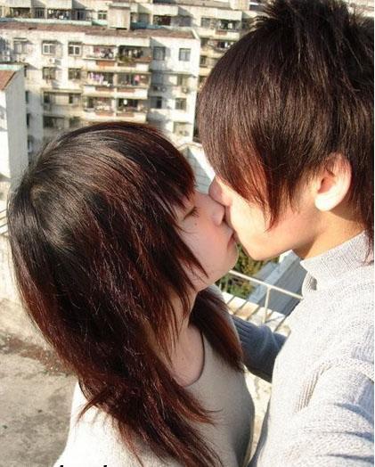 少男少女接吻图片